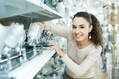 Mulher adulta que escolhe unidades de iluminação para o interior Foto de Stock Royalty Free