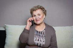 Mulher adulta que fala no telefone Imagem de Stock