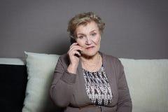 Mulher adulta que fala no telefone Imagens de Stock Royalty Free