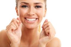 Mulher adulta que flossing seus dentes isolados no branco imagens de stock