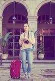 Mulher adulta que procura o mapa no telefone fotografia de stock