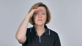 Mulher adulta que procura a possibilidade nova video estoque