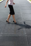 Mulher adulta que tenta balançar em sapatas dos saltos elevados fotos de stock royalty free