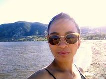 Mulher adulta que toma Selfie fotos de stock royalty free