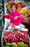 Mulher adulta que vende a fruta no mercado de flutuação de Banguecoque Imagens de Stock