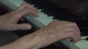 A mulher adulta recorda como jogar o piano vídeos de arquivo