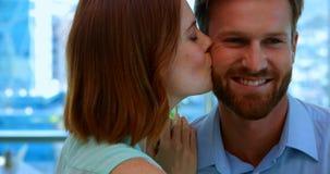 Mulher afetuosa que beija o homem video estoque