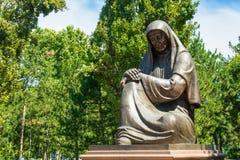 Mulher afligindo-se do monumento em Tashkent, Usbequistão Fotos de Stock
