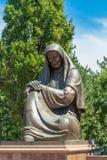 Mulher afligindo-se do monumento em Tashkent, Usbequistão Foto de Stock