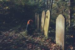 Mulher afligindo-se pela sepultura foto de stock