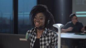 Mulher africana alegre no centro de atendimento filme