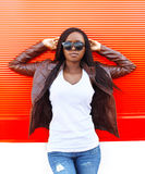 Mulher africana bonita do retrato que veste um casaco de cabedal imagens de stock