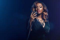 Mulher africana bonita que canta Imagem de Stock Royalty Free