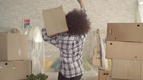 Mulher africana com uma dança expressivo do penteado afro com uma caixa em sua mão mo lento vídeos de arquivo