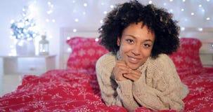 Mulher africana consideravelmente nova em um quarto festivo imagens de stock royalty free