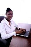 Mulher africana de Amrican com computador Fotos de Stock Royalty Free