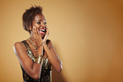 Mulher africana de sorriso que olha surpreendida Fotos de Stock