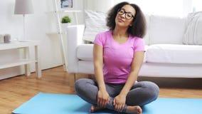 Mulher africana feliz que exercita na esteira em casa filme
