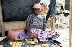 Mulher africana idosa que vende vegetais e bananas Foto de Stock Royalty Free