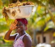 A mulher africana leva coisas em sua cabeça Imagem de Stock Royalty Free