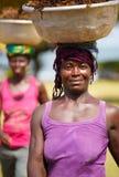 A mulher africana leva coisas em sua cabeça Fotografia de Stock Royalty Free