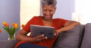 Mulher africana madura que usa a tabuleta fotos de stock royalty free