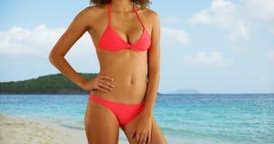 Mulher africana no roupa de banho que está na praia tropical Imagens de Stock