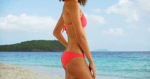 Mulher africana no roupa de banho que está na praia tropical Fotografia de Stock