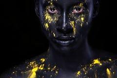 Mulher africana nova alegre com composição da forma da arte Uma mulher surpreendente com composição preta e pintura amarela de es fotos de stock