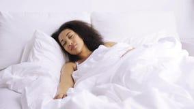 Mulher africana que dorme no quarto da cama em casa video estoque