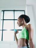 Mulher africana que exercita com pesos pequenos na ginástica Fotos de Stock Royalty Free