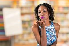 Mulher africana que funde um beijo Fotografia de Stock Royalty Free