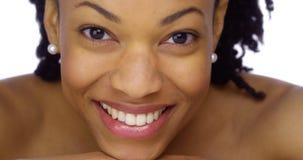 Mulher africana que mostra fora seus brancos perolados imagem de stock royalty free