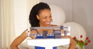 Mulher africana que sente muito orgulhosa dsi mesma fotos de stock royalty free