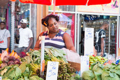 A mulher africana vende vegetais Foto de Stock Royalty Free
