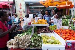 A mulher africana vende vegetais imagem de stock royalty free