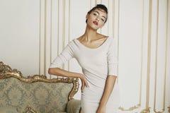 Mulher afro-americana bonita nova no estúdio Conceito da forma foto de stock