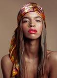 Mulher afro-americana nova da beleza no xaile na cabeça Foto de Stock Royalty Free