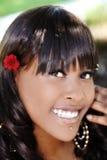 Mulher afro-americano atrativa de sorriso exterior do retrato foto de stock royalty free