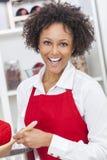 Mulher afro-americano da raça misturada que cozinha a cozinha Fotografia de Stock