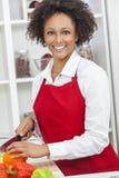 Mulher afro-americano da raça misturada que cozinha a cozinha Fotografia de Stock Royalty Free