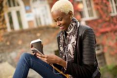 Mulher afro-americano de Atrractive no parque do outono foto de stock