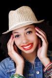 Mulher afro-americano de sorriso no retrato do chapéu foto de stock royalty free