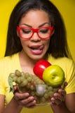 Mulher afro-americano do close up com frutos Foto de Stock Royalty Free