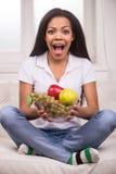 Mulher afro-americano do close up com frutos Fotografia de Stock Royalty Free