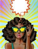Mulher afro-americano do pop art do vetor em óculos de sol amarelos ilustração stock