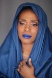 Mulher afro-americano expressivo com iluminação dramática imagens de stock