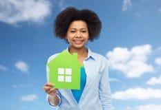 Mulher afro-americano feliz com ícone da casa verde Fotografia de Stock