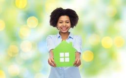 Mulher afro-americano feliz com ícone da casa verde Fotos de Stock