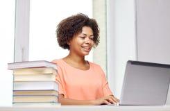 Mulher afro-americano feliz com portátil em casa fotografia de stock